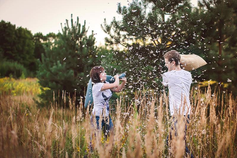 идеи для свадебной фотосессии летом в поле, бой подушками
