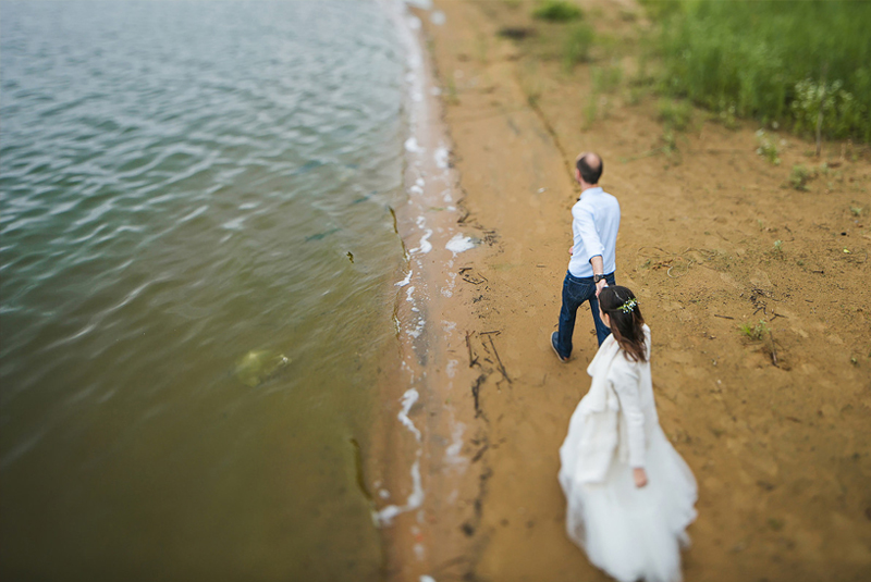 идеи для свадебной фотосессии летом : песок, вода